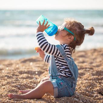 Conseils pratiques pour bien hydrater bébé cet été
